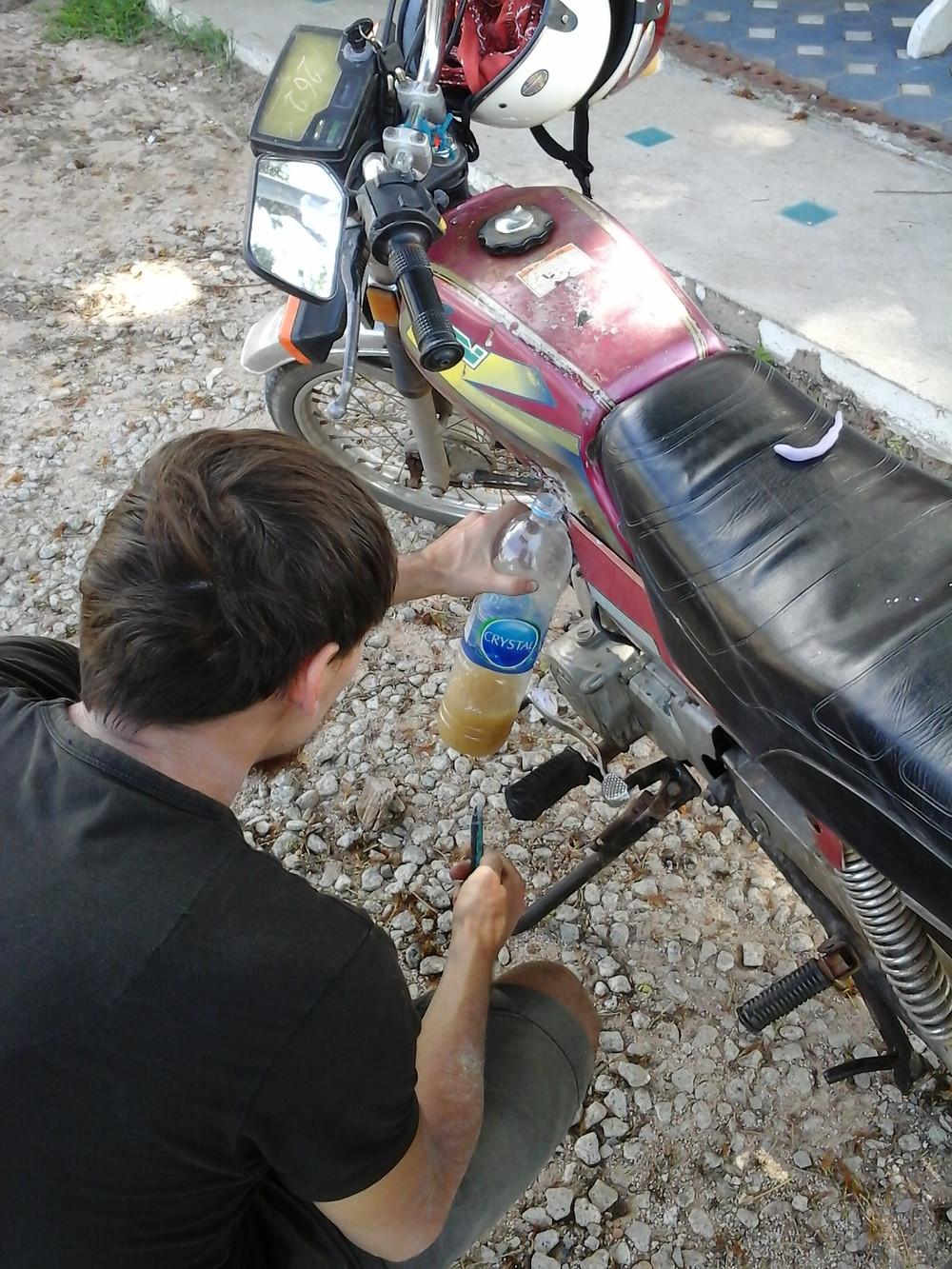 Motorrad hat ein Loch im Tank