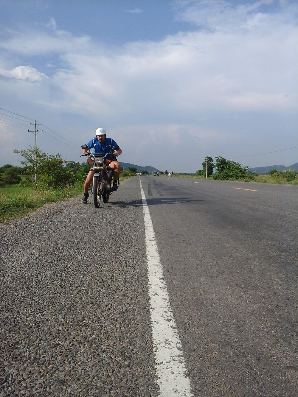 mit Knut auf den Strassen Kambodschas