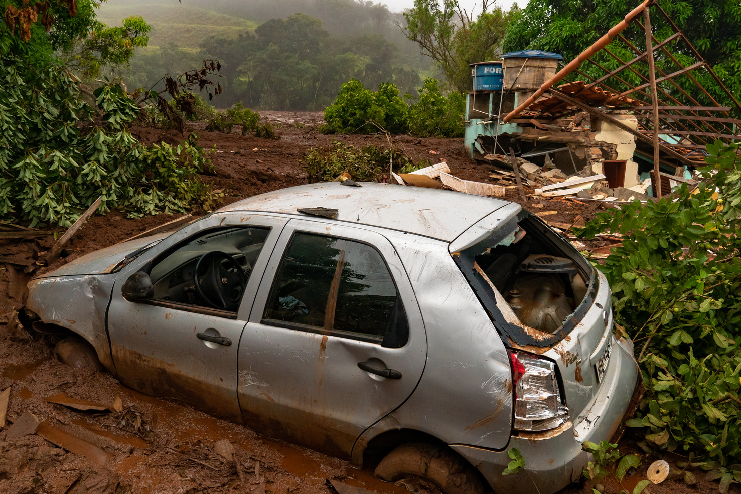 The worst social environmental tragedy of Brazilian history was the mining dam collapse from Vale S.A. (the world's largest iron ore producer) that poured its mud on the residents of Brumadinho and also killed the Rio Paraopeba, January 24, 2019.   These photographs are the registers of ten consecutive days in the regions affected by the disaster (01/26 to 02/02 of 2019).