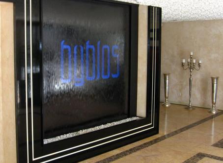 Ściana wodna z logo.