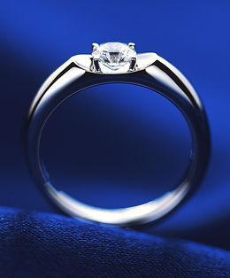 『ダイヤモンドがまるで宙に浮いているような魅力的な石留方法』の『ヴィーナスグレア』。『スタンダード』は『Venus Glare™』の基本形のデザイン。