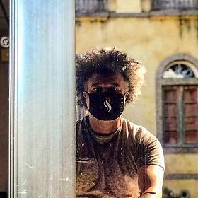 Cineasta mineiro radicado no Rio de Janeiro, formado em Educação Física pela UFMG e Cinema pela UFF, Mestrado em Conteúdos Digitais - Audiovisual pela ECO-UFRJ, sócio-fundador da Rocinante Produções, membro da Associação dos Profissionais do Audiovisual Negro (APAN), membro fundador da edt. Associação de Profissionais de Edição Audiovisual.  Criou, coordenou e foi professor-produtor por 6 anos no Ponto de Cultura 'Alice, prepara o gato!', núcleo de cinema dentro de um dispositivo antimanicomial (CAPS-AD Alameda – Niterói), com curtas documentais que transitaram em festivais do Brasil. 1º Conselheiro da Câmara Setorial de Cinema e Vídeo do Conselho Municipal de Cultura de Niterói (gestão 2008-2009). Roteirista do longa-metragem 'O Desejo Viaja de Trem' (ainda não filmado), premiado no Edital 2008 da Secretaria de Cultura - RJ. Coordenador e  professor de Roteiro, Direção e Edição nos 1º e 2º Ciclo de Oficinas de Criação Cinematográfica da Escola de Comunicação da UFRJ (2012 e 2015). Roteirizou, editou e dirigiu curtas que passaram em diversos festivais do Brasil e do mundo, como Tiradentes, Curta Cinema, Festival do Rio, Oberhausen, Clermont-Ferrand dentre outros. Montou o longa de ficção O Cerco (dirigido por Aurélio Aragão, Gustavo Bragança e Rafael Spínola), em que também fez Som Direto.  Coordenador Geral da Central de Produção Multimídia da Escola de Comunicação-UFRJ.