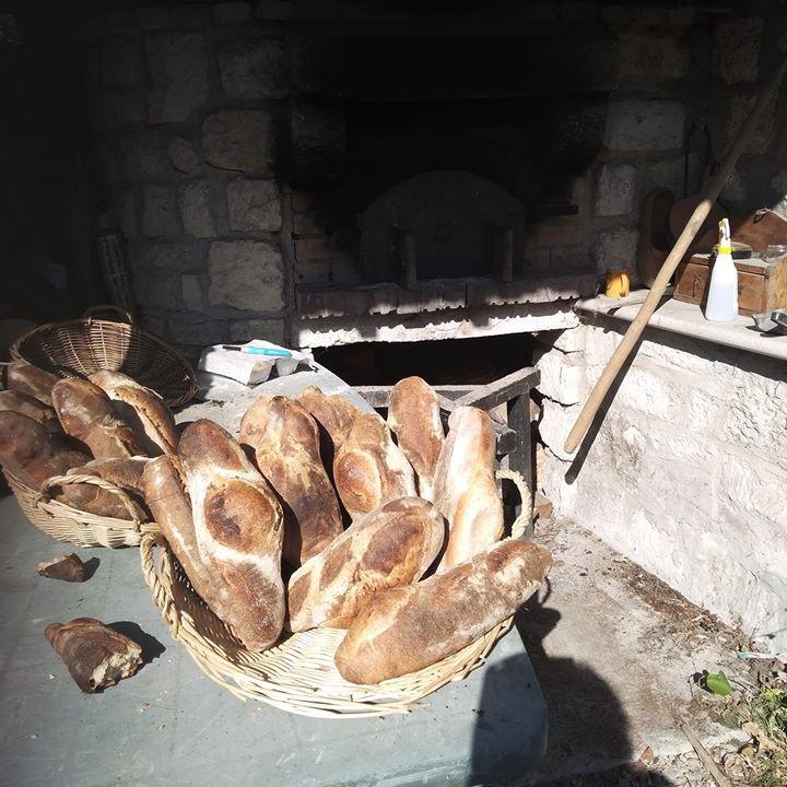 Cuisson du pain  et de la brioche au four à bois à l'ancienne  (1)  (1)