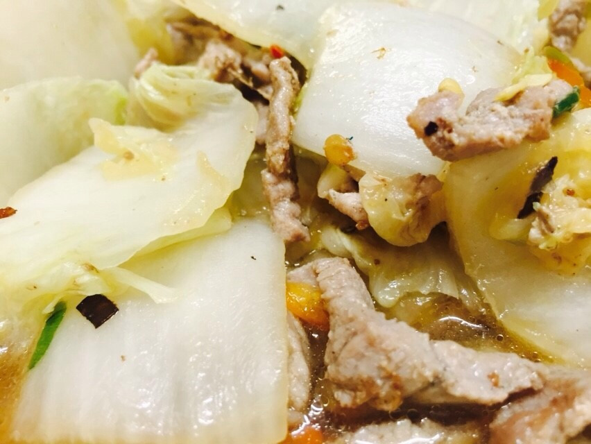 Fried cabbage with pork slices