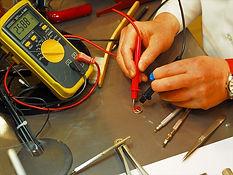 専用のマルチテスターで取り出した電池の残量を確認し、異常がなければ電池を交換します
