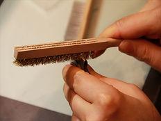 時計のバンド交換、真鍮のワイヤーブラシを使ってこびりついた汚れやサビを落としていきます