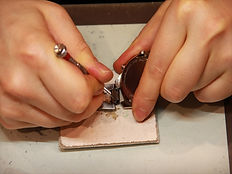 専用工具を使って時計のヘッド部分からバンドを取り外します