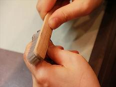 ナイロンブラシを使って時計の外装の汚れ落とし