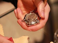 時計のバンド交換、ヘッドとバンドを留めているバネ棒が破損していないかを確認してから、交換するバンドを取り付けます