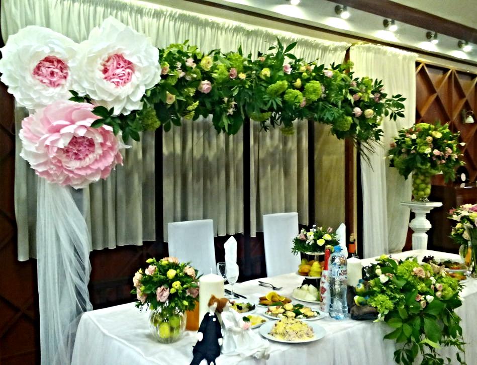 арка деревянная коричневая с искуственными цветами