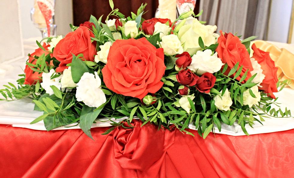 композиция на стол молодых в красном цвете