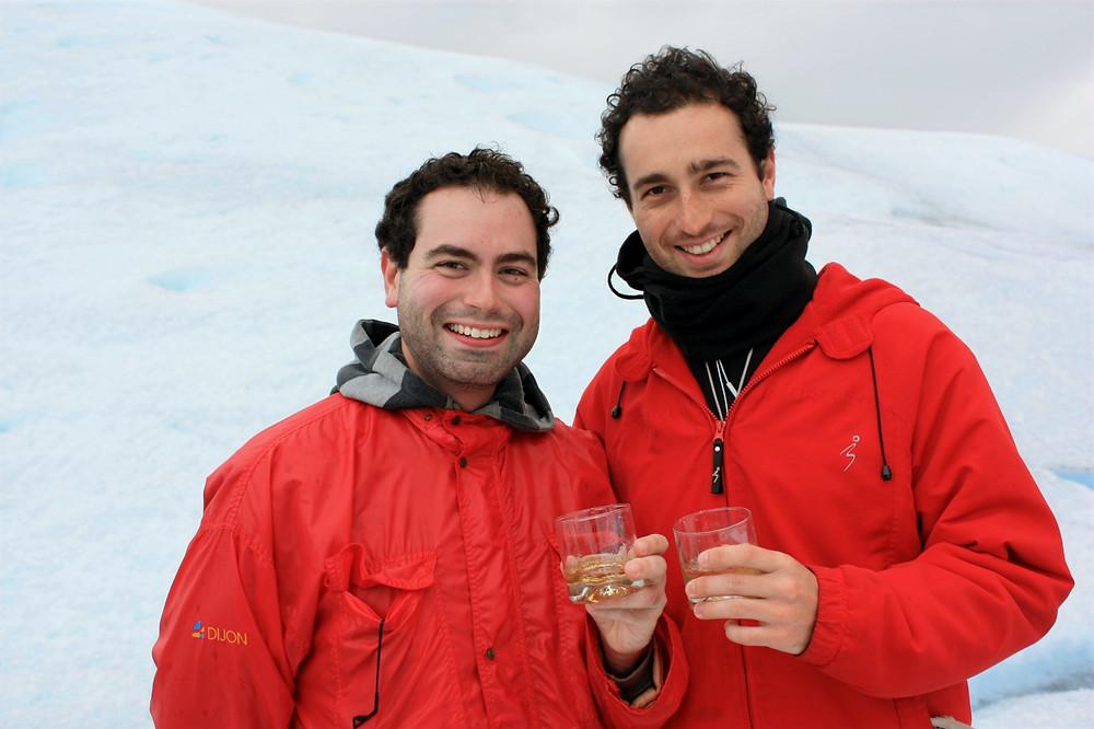 Eu e meu irmão tomando uísque com gelo do Perito Moreno