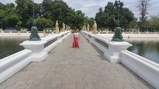 Bang Pan-In Palace. Note as características ocidentais das estátuas.