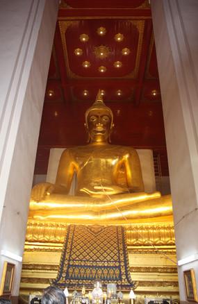 Interior do templo reconstruído em Ayuthaya