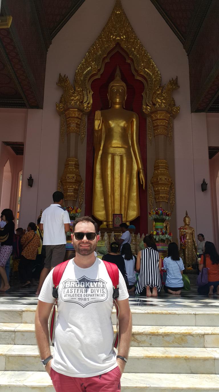 O interior do templo Nakhon Pathom