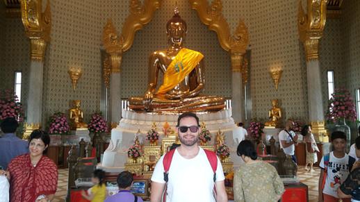 O interior do Wat Traimit / Templo do Buda de Ouro com 5,5 toneladas de ouro