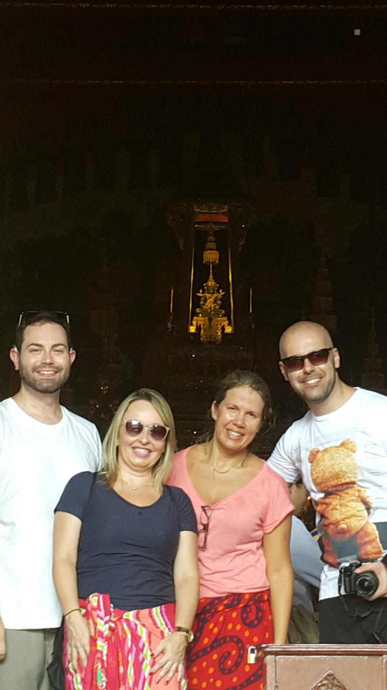 A guia Sonia nos aconselhou a entrar que ela tiraria foto nossa no lado de fora do templo do Buda de Esmeralda haha! Uma fofa!