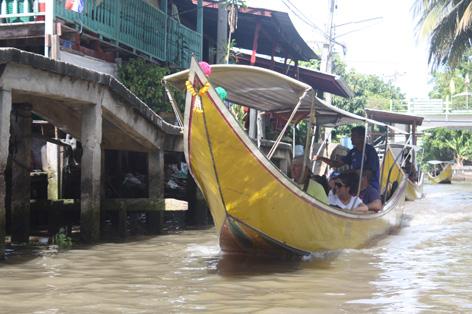 Em um dos canais que cercam o mercado flutuante