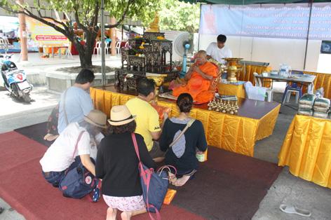 No lado de fora do templo Nakhon Pathom, onde o monge faz uma oração