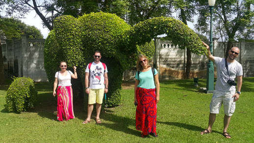 Jardim no Bang Pan-In Palace com os elefantes