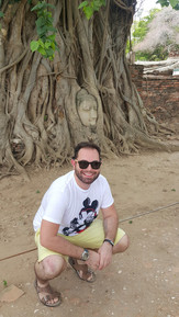 A cabeça do Buda esculpida na raiz da árvore em Ayuthaya.