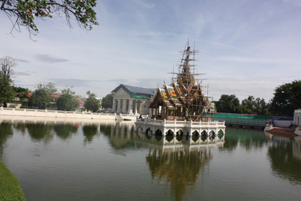 Templo no meio do lago em Bang Pan-In Palace
