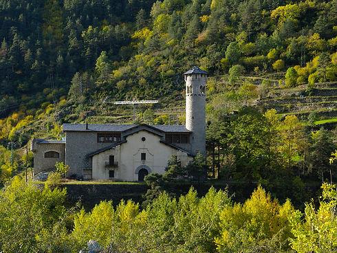 El antiguo edificio de Radio Andorra está lleno de simbolismo y es un referente de la comunicación mediática del país. La construcción data de los años 1938-1939 i presenta una arquitectura basada en el granito. Como su propio nombre indica, el edifico fue construido para acoger una emisora de radio comercial. El creador, Jacques Trémoulet, alzó la nueva emisora temiendo que la prohibición civil de la radio privada de la época pudiera cerrar otras emisoras que tenia, como Radiophonie du Midi.