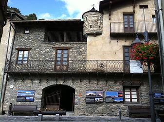 Viaja en el tiempo ydescubrecómovivir una de lasfamilias más conocidas de Andorra entre los siglos XVI i XIX. La casa era la residencia de verano de los Areny-Plandolit y dispone de numerosas estancias llenas de objetos decolección y elementos decorativos originales.