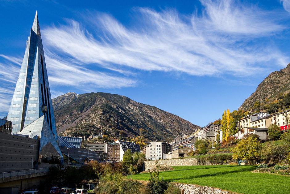 Escaldes-Engordany se caracteriza por acoger fuentes termales que abastecen gran parte del país. A lo largo de la parroquia se pueden descubrir diferentes fuentes naturales de las que brotan aguas medicinales y ricas en minerales beneficiosos para la salud.  Uno de los atractivos de Escaldes-Engordany es el centro termolúdico Caldea, que se nutre de las aguas naturales para ofrecer diferentes servicios. La parroquia también es rica en cultura y ocio y acoge el Museo Carmen Thyssen Andorra, que expone obras de gran renombre.