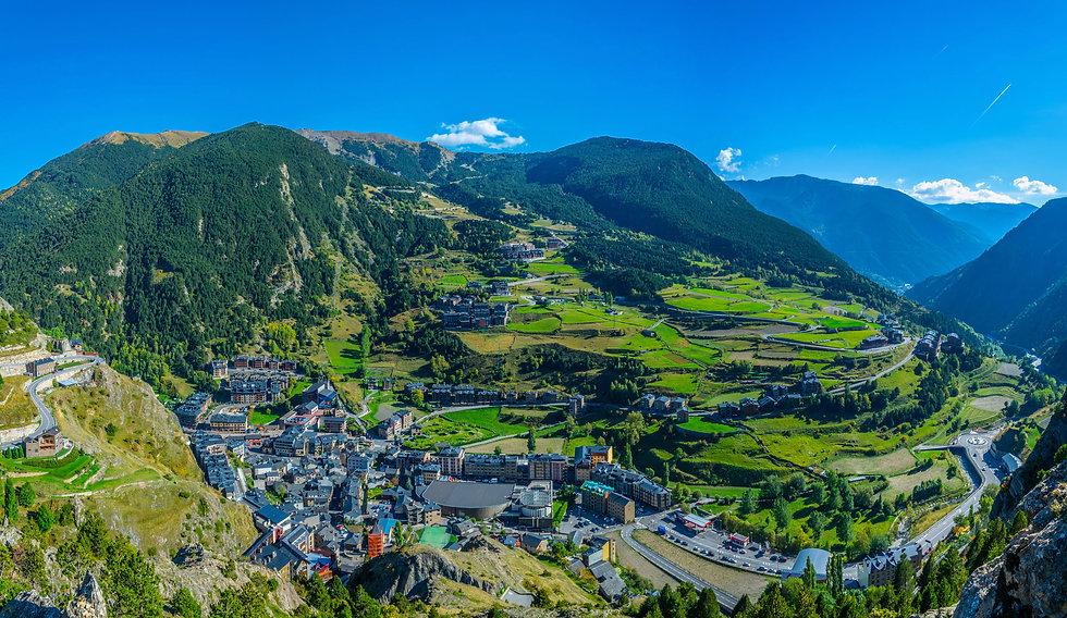 Canillo es sinónimo de naturaleza, montaña y tranquilidad. Es una de las parroquias más altas y amplias de Andorra y ofrece parajes de gran belleza que invitan a disfrutar de las mejores experiencias y actividades al aire libre. Además, es conocida por ser la puerta de entrada a Grandvalira, el dominio esquiable más grande de los Pirineos.  Canillo también es un símbolo religioso de relevancia en el país e integra el majestuoso Santuario de Meritxell, que acoge la imagen de la patrona del Principado. El santuario tiene una estructura moderna y alejada de la estética convencional.
