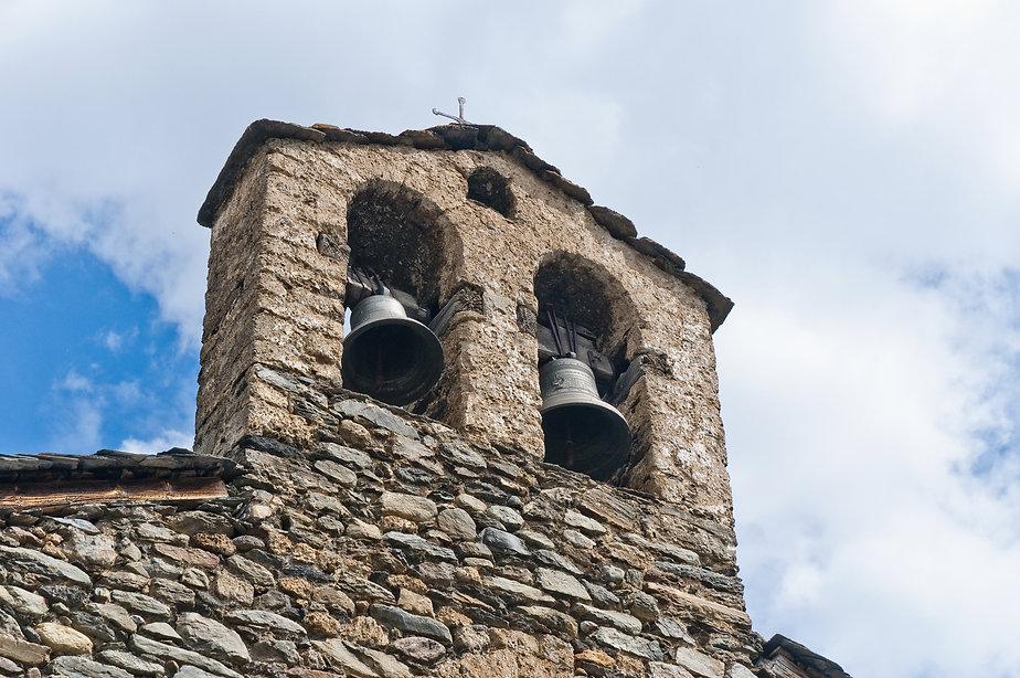 La arquitectura románica de Andorra se caracteriza por la utilización de pizarra y por trabajar con la superposición de láminas de piedras.La mayoría de las construcciones son iglesias de pequeñas dimensiones y, sobre todo, destacan los campanarios lombardos de planta cuadrada con ventanas geminadas y arcos ciegos. Aparte de las edificaciones religiosas, también encontramos puentes yfuentes que acaban de completar el patrimonio del país.