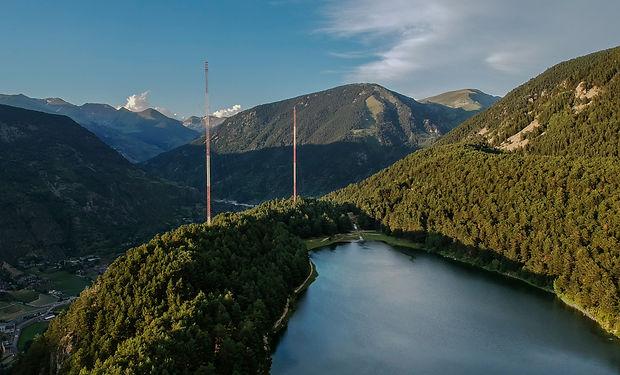 Llac d'Engolasters. Este lago forma parte de los puntos de interés icónicos de Andorra, por su fácil acceso y por las increíbles vistas que lerodean. El lago tiene una tomade 178 metros de longitud que se utiliza para generar una gran cantidad de electricidad del país a partir de la utilización de energía hidráulica. Además, es una ubicación ideal para pasar un fin de semana tranquilo en familia y rodeado de naturaleza.