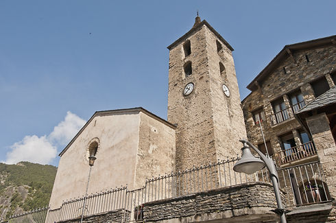 La Iglesia de Sant Corneli y Sant Cebrià data de la época medieval y fue remodelada considerablemente entre los siglos XVII y XIX. En su interior hay una talla románica de la Mare de Deu hecha de madera policromada. Dicha virgen tiene la peculiaridad de ser una de las más pequeñas de Andorra, ya que tan sólo mide 44 cm de altura. En el interior también hay cinco retablos barrocos (siglos XVII y XVIII), dedicados a Sant Corneli y Sant Cebrià. En referencia al exterior, se puede ver un comunidor de pequeñas dimensiones ubicado en la plaza, el cual se utilizaba para las ceremonias de protección contra tempestades.