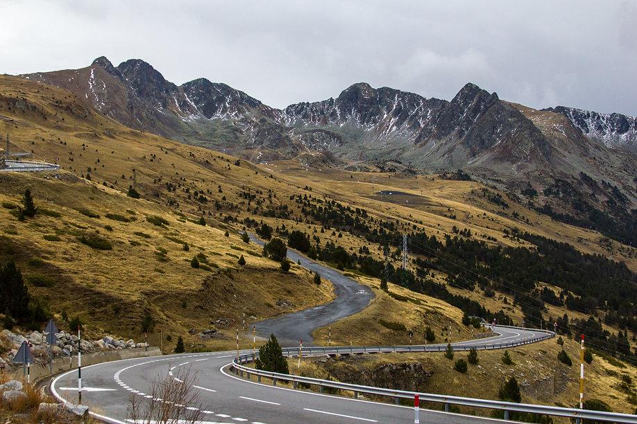 Es hora de perderte por parajes naturales y las montañas de Andorra. Entre sus valles podrás hacer actividades de todo tipo y cargarte de energía positiva. Senderismo, mountain bike, rutas en familia, flora, fauna... Descubre nuevos lugares y adentrarte en la parte más salvaje del Principado. Además, no te pierdas los diferentes deportes que ofrece Andorra: esquí, trineo, motos de nieve... Desde nuestro apartado de actividades puedes reservar entradas para Grandvalira, Vallnord, Ordino-Arcalís, Caldea, Naturlandia y el Palau de Gel.