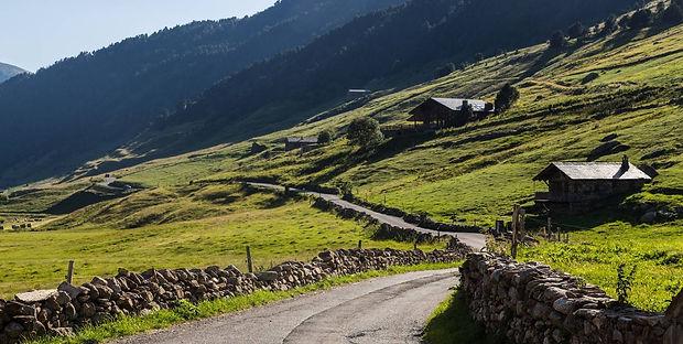 Vall d'Incles. La ruta empieza en Soldeu. Des de allí se debe coger una pista con una pendiente pronunciada. Y una vez pasada esta, se inicia el descenso por una trialeras bastante difíciles. siguiendo la carretera hacia las pistas de esquí, se pasa por un antiguo puente de hierro y, tras un tramo de pista, tomamos el camino Galo de Bosc hasta Canillo.