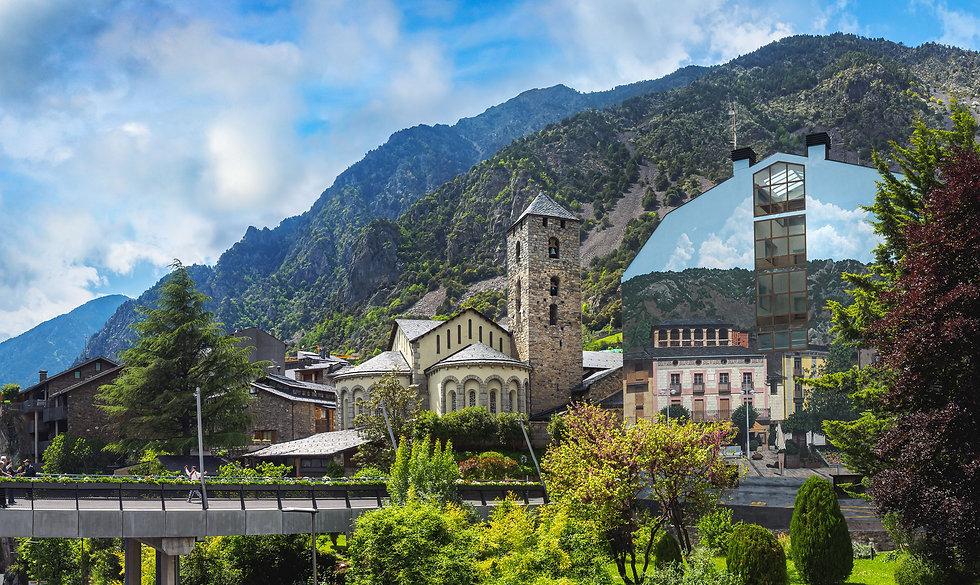 Andorra la Vella es sinónimo de modernidad, dinamismo y crecimiento. Es la capital del país y gran parte de su oferta se concentra en el comercio, la restauración y la hostelería. Sus calles principales son una inmensa galería comercial a cielo abierto por donde se puede pasear y disfrutar de la vida turística y de ocio que desprende la parroquia.  Andorra la Vella también es un gran núcleo cultural a través del Teatro Comunal, La Llacuna y el Centro de Congresos, espacios donde siempre se celebra alguna actividad lúdica o artística.