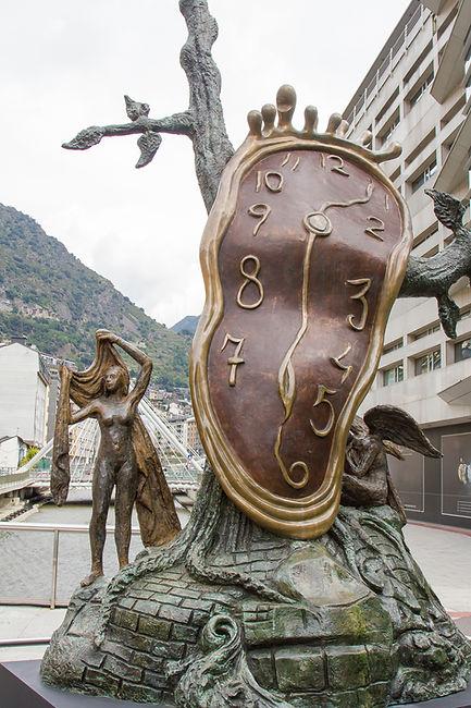 La 'Noblesse du temps'es una escultura realizada por el artista catalán Salvador Dalí yfue dada al Gobierno de Andorra en 1999,aunque hasta el año 2010 no fue colocada en su sitio actual, la Plaza de la Rotonda de Andorra la Vella. La escultura muestraun reloj que se está fundiendo. Su significadose asemeja con paso del tiempo y,según el artista, el dominio del tiempo sobre los humanos. Si nos fijamos bien, podemos ver 2 personajes, uno a cada lado del reloj. Uno de ellos es una mujer, la que representa el cuerpo, la carne y el material, en cambio, el ángel simboliza el espíritu, la memoria y el intangible. La esculturatiene unas dimensiones de 4'90m de altura, 1'70m de profundidad, 2'60m de largo y un peso total de 1400Kg.