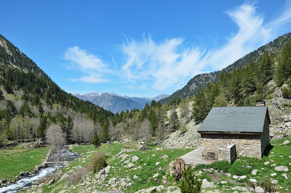 Son tantos los itinerarios y rutas que ofrece Andorra que es totalmente normal que se tenga que hacer noche en alguno de los refugios que ofrece el país para poder disfrutar al máximo de sus montañas. Gran parte de los itinerarios que muestra el Principado están conectadas entre sí y se pueden hacer sin necesidad de coger un vehículo. De hecho, se puede recorrer casi todo el país vagando por los espacios naturales y saltando de valle en valle. Lo mejor es que Andorra dispone de una amplia oferta de refugios guardados y no guardados y que, todos ellos, se encuentran en plena naturaleza. A continuación te detallamos algunos de los más destacados.
