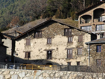 Este museo permite conocer el mundo rural yganaderomás tradicional y que tanto peso ha tenido en Andorra. Casa Rull traslada a los visitantes al siglo XIX, justo antes de la revolución comercial y de turismo, y les muestra la organización y el funcionamiento de una casa típica del campo.