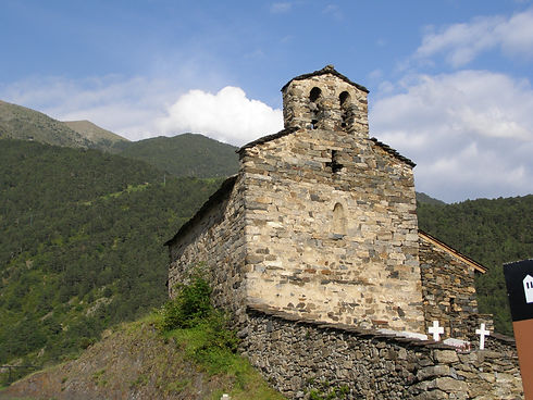 La Iglesia San Serni de Nagol se ubica en Sant Julià y es del año 1055. Se compone de una única nave rectangular de proporciones bastante reducidas. La planta principal contiene un ábside semicircular y una cubierta con cerchas de madera coronada con un campanario de doble ventanal. La iglesia fue construida con bloques de piedra muy irregulares. Ya entrando en la época moderna, se añadió el porche y el coro que actualmente completan la construcción románica.