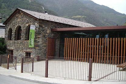 El centro permite interactuar con elementos procedentes de la naturaleza,escucharsonidosdelosbosques,etc.Entresusinstalaciones alberga una exposición permanente de 2.100metros sobre la formación de los Pirineos y losfenómenosclimatológicos que han formado el actual paisaje andorrano.