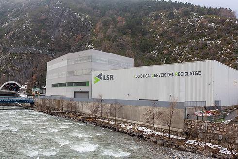 LSR va ser creada el mes de desembre de l'any 2010. Les instal·lacions gaudeixen d'una privilegiada situació logística icompten amb una superfície de 2.200 m2destinats al món del reciclatge.Es tracta d'una empresa jove i socialment responsable que basales seves operacions en tres pilars fonamentals: econòmic, social i ambiental.