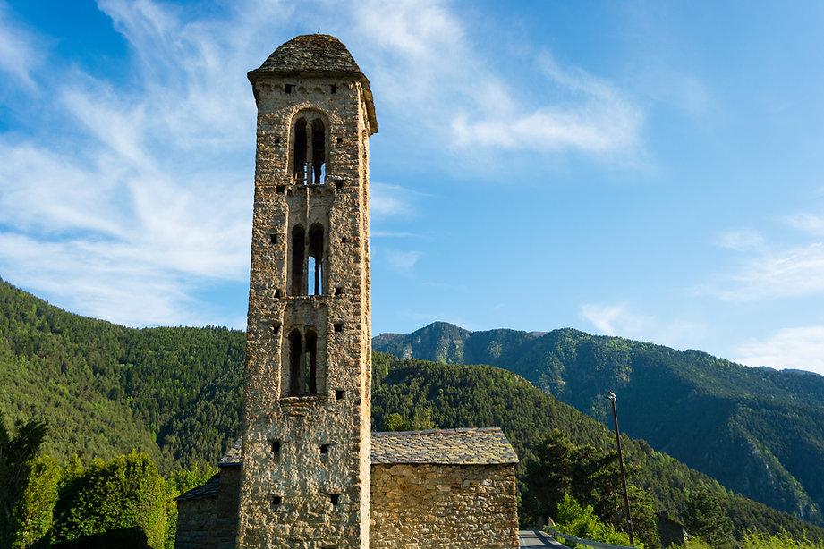 Pasear por Andorra es todo un espectáculo visual. Sus calles albergan diferentes monumentos, esculturas, iglesias, puentes, fuentes y otros espacios de interés que forman parte del patrimonio arquitectónico y cultural del país. ¡No te pierdas las construcciones más emblemáticas del Principado! A continuación, te detallamos los puntos que sí o sí debes visitar.