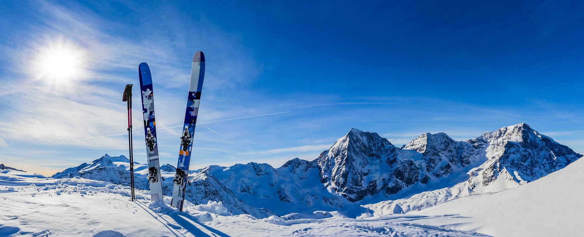 El esquí es uno de los atractivos más destacados de Andorra. El país cuenta con diferentes pistas de gran tamaño y con paisajes espectaculares cubiertos de nieves y belleza natural. Los valles del Principado también pueden acoger otros deportes de nieve, como raquetas, motos de nieve, trineo... En la guía turística Guiand Andorra encontrarás este maravilloso paisaje y muchos más.