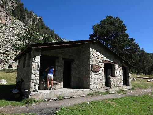 Refugio Perafita. Este refugio dispone de chimenea, mesas, bancos y porche para leña. Es un refugio ideal para pasar una noche rodeado de naturaleza y tranquilidad. Se encuentra en uno de los valles más aclamados de Andorra y el recorrido hasta llegar a la zona es de nivel medio.