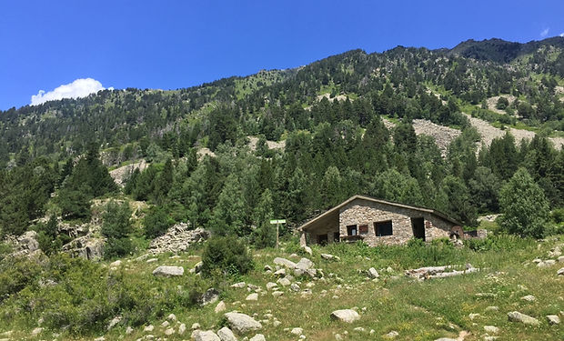 Refugio Fontverd. Se trata de un refugio de montaña de la parroquia de Escaldes-Engordany (Andorra). Está a 1.875 m de altitud y se encuentra ubicado en el Valle de Madriu, entre el Estall y el Collet del Infierno. Es de dimensiones reducidas y es de fácil acceso.