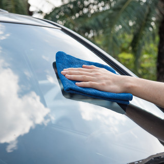 Com netejar els vidres del cotxe per evitar els reflexos del sol