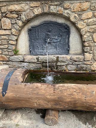 A parte de las iglesias yconstruccionesreligiosas, el patrimonio de Andorra también se nutre de diferentes puentes, fuentes y plazas de interés que recogen lo mejor del arte románico.