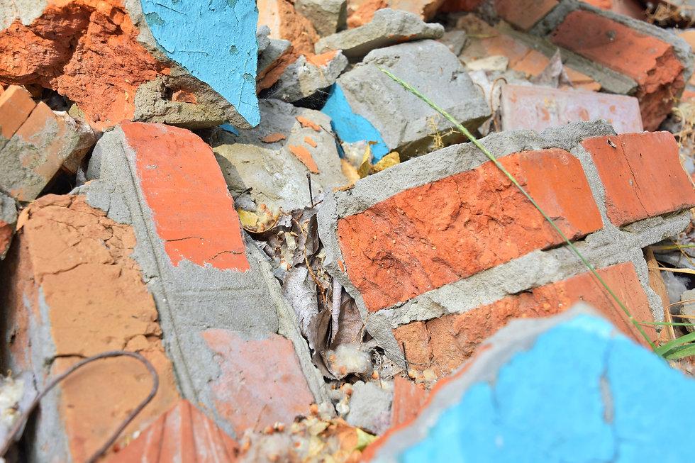 Gestionar la runa provinent del món de la construcció i procedir al seu corresponent reciclatge per a poder donar-li un nou ús. Fomentar la minimització mitjançant el reciclatge i la seva reutilització en origen.