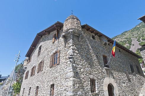 La Casa Vall es un edificio lleno de historia.Antiguamente,era la sede principal del Consejo General de Andorra. Era el sitio de reunión más importante a nivel político del país y ha vivido grandes momentos, como la presidencia de nuevos cargos o sesiones de urgencia nacional. Pero esto no es todo, la presencia y importancia de este edificio viene de mucho más atrás.Su creación proviene del año 1580, y durante aquella época, el edificio hacía la función de torre de defensa de la familia Busquets. Fue en 1702 cuando fue adquirida por el Consejo General. Hoy en día se pueden hacer visitas guiadas de unos 30 minutos aproximadamente.